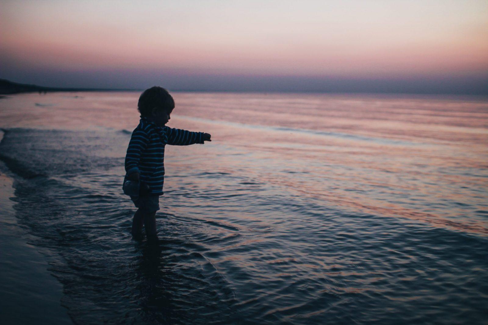 Hochsensibilität Kinder sind so kleine Hände Blog Kind im Meer