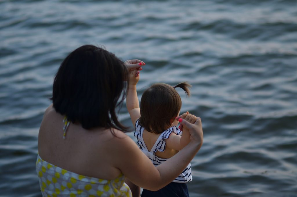 Hochsensibilität Kinder sind so kleine Hände Blog Kind mit Mutter am Meer